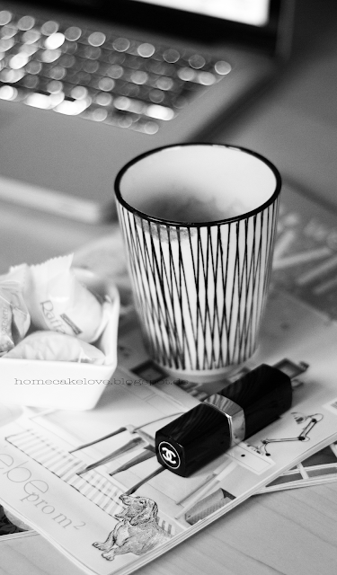 Esszimmer im Winter dekorieren, Tasse House Doctor, Lippenstift Chanel, Zeitung we love living