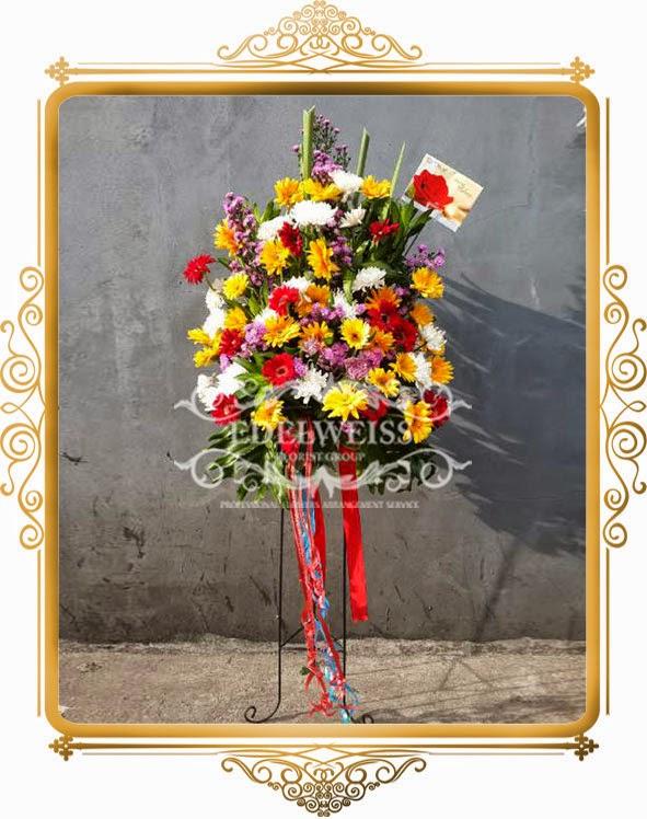 rangkaian standing flowers untuk acara pernikahan