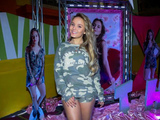 Larissa Manoela, com look camuflado, curte festa em São Paulo