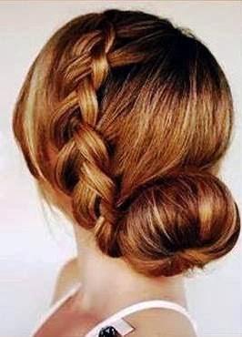 Peinas el cabello con raya al costado, y empiezas a hacer la trenza. Previamente separas una cola de caballo al otro costado.