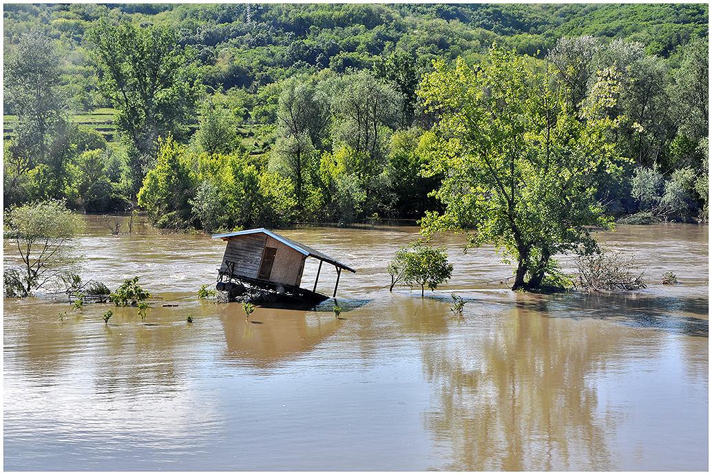 Polu poplavljeni splav