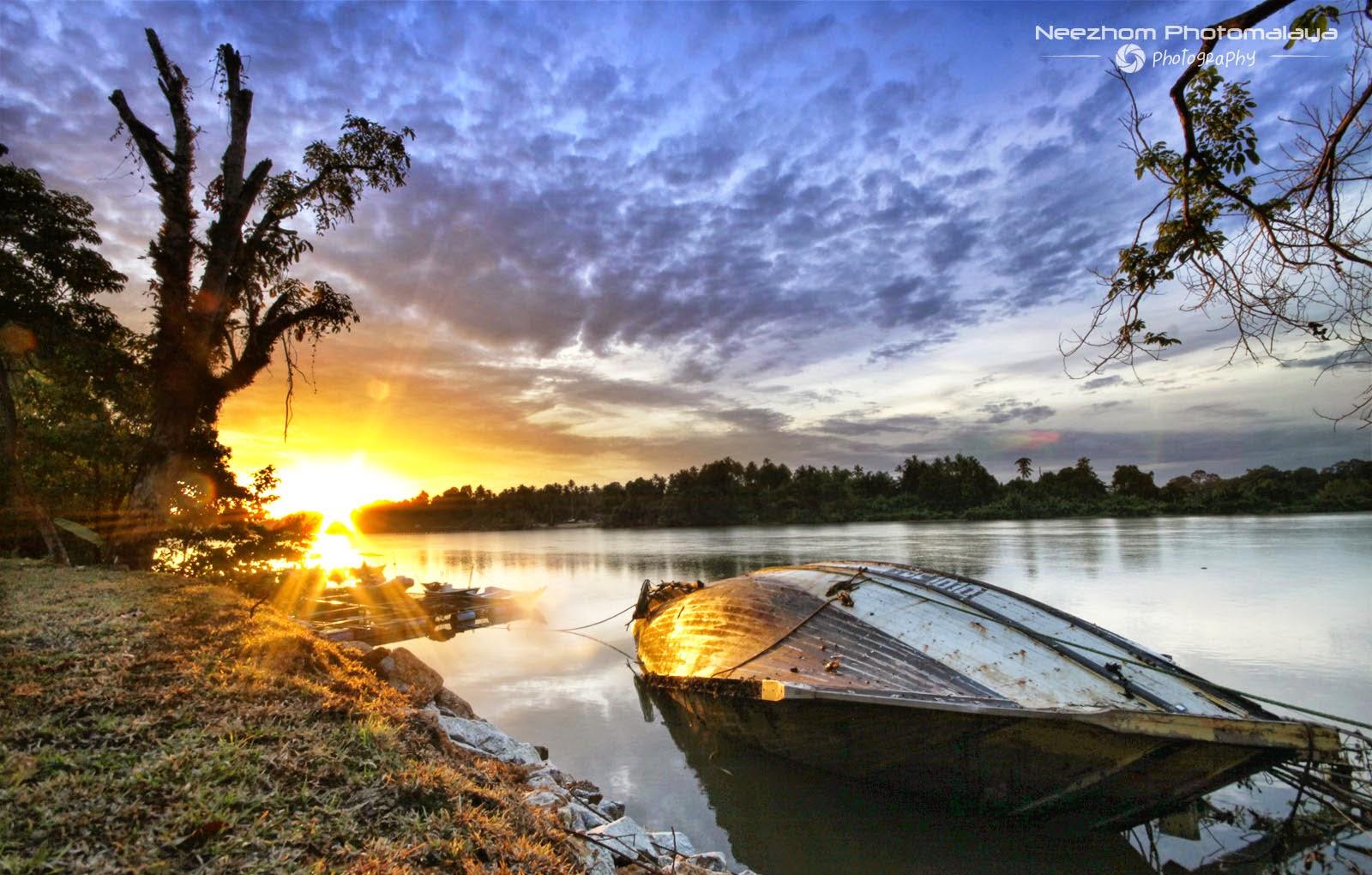 Bot terlingkup di tepi sungai kampung Teluk Pasu