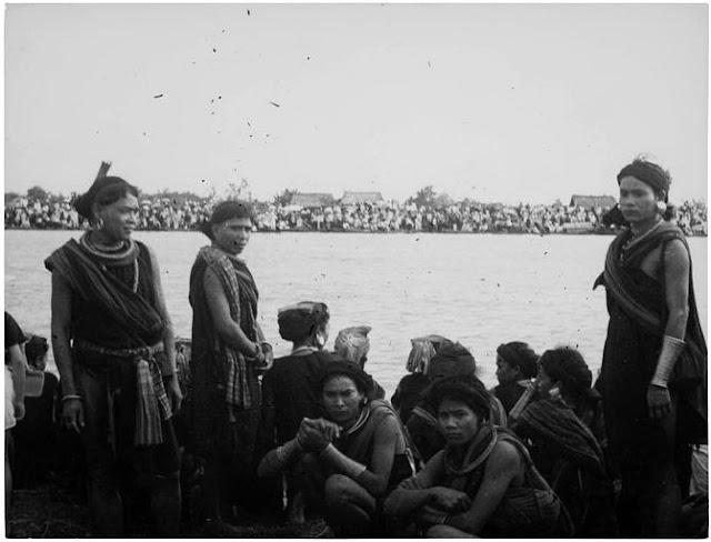 Indochine : Groupe de Moïs, Sédang, Chân-Ma, 1936 ; Groupe attendant au bord d'une rivière lors d'un grand rassemblement
