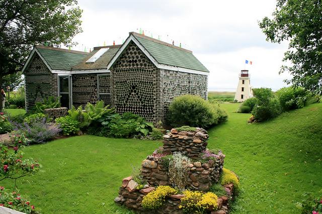 Casas de garrafas de vidro viram atrações turísticas no Canadá