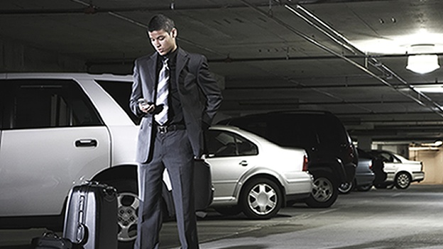 LAS VEGAS (CNN) — Don Bailey asegura que puede abrir miles de coches a través de Estados Unidos simplemente mediante el envío de algunos mensajes de texto desde su teléfono Android. Y que esa no es la parte aterradora. Bailey, consultor senior de seguridad en iSEC Partners, dijo en una entrevista con CNN en la conferencia de seguridad Black Hat en el Caesars Palace de Las Vegas, que el mismo hackeo que ha utilizado para demostrar cómo abre e incluso enciende un coche a través de mensajes de texto, también puede ser utilizado para atacar sistemas industriales, la red eléctrica