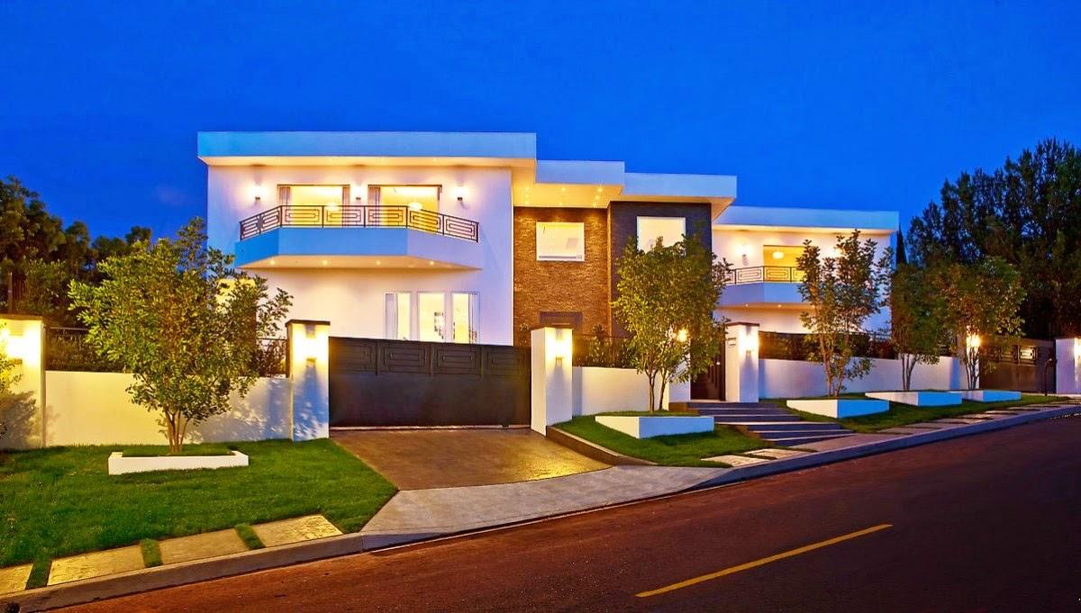 Fotografía de la fachada de casa de lujo bonita en la calle Bel Air, Los Ángeles