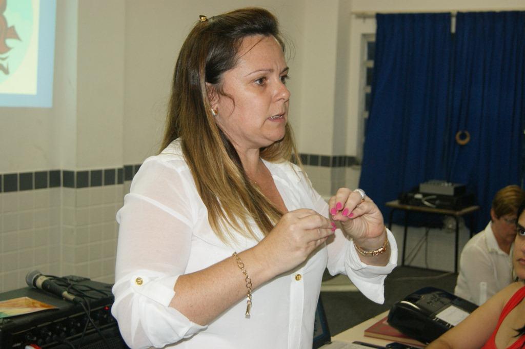 Diretora Pedagógica da Secretaria Municipal de Educação, professora Carla Rabello, frisa a importância de se combater a evasão escolar