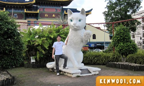 kuching cat statue pose