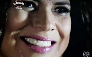 """Além de ficar estranho esteticamente, a """"dentadura"""" está prejudicando a dicção da peoa. A cantora está falando assobiando e não consegue fechar a boca direito.  Tomara que o povo não jogue isso na cara dela na hora das brigas. Falando em briga, ela e Thiago Servo já protagonizaram a primeira discussão da oitava edição da Fazenda."""
