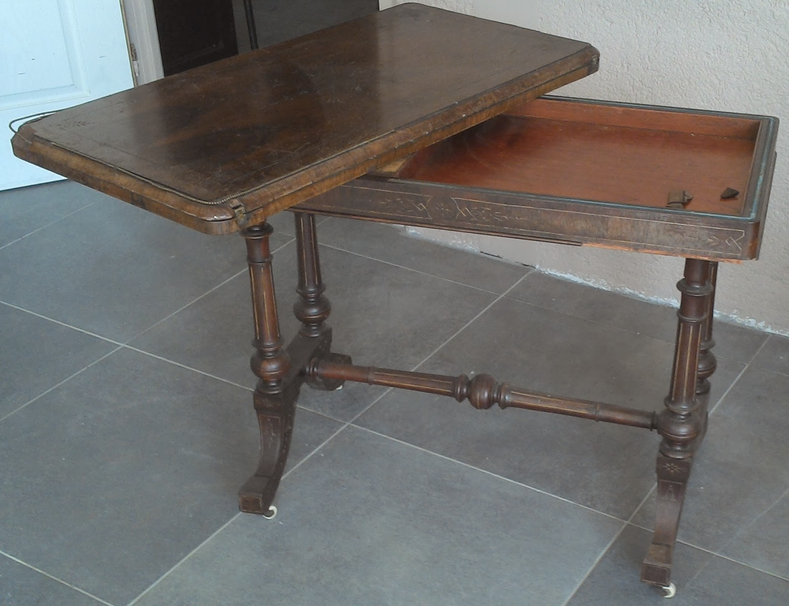 Ancienne table de jeu sur for Jeu des tables