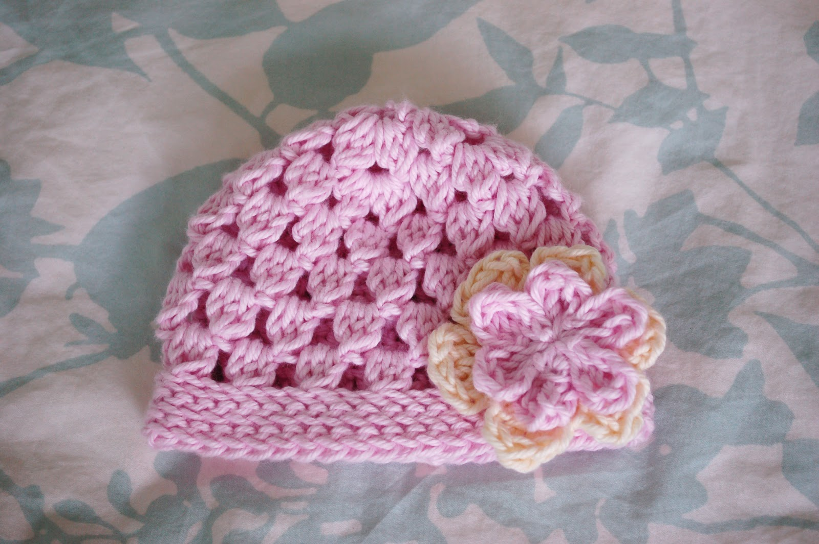 Free crochet pattern baby hat cute baby beanie with flower free crochet pattern baby hat cute baby beanie with flower cluster sitch baby hat crochet hat crochet and baby hats dt1010fo