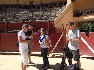 El equipo de rodaje junto a la concejal en la plaza de toros