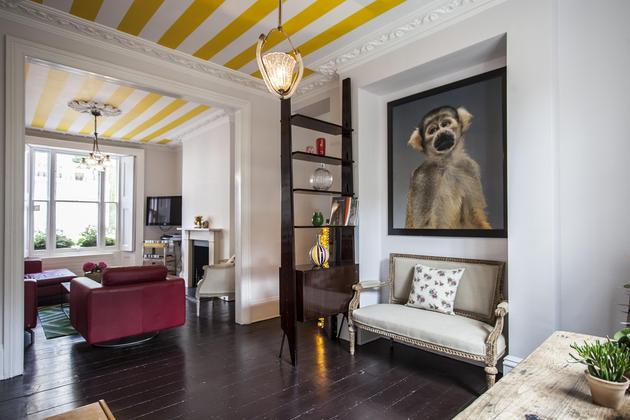 techo pintado a rayas amarillas