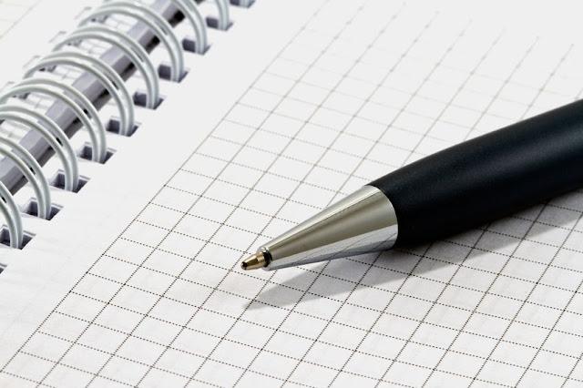długopis i kartka w kratkę