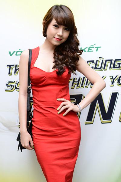 Ca sĩ - diễn viên Mi Lan khoe vóc dáng thanh mảnh trong bộ váy ôm sát.
