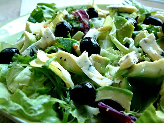Lekka sałatka z awokado, serem blue i dressingiem miodowo - ziolowym oraz  poświąteczne podsumowanie i przygotowania do wyjazdu :)