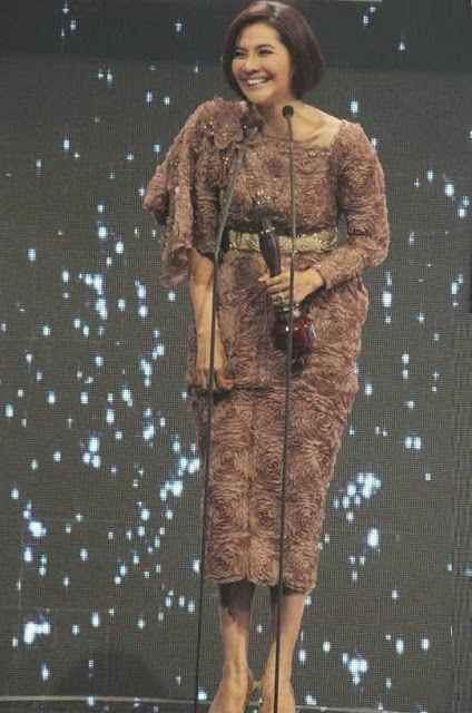 Foto Maudy Koesnaedi menerima penghargaan award