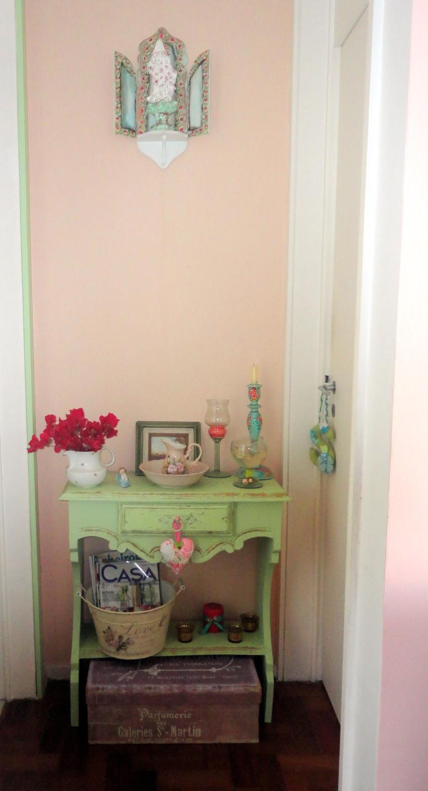 Papel De Parede Rosa, Batente Da Porta Do Banheiro Pintado Com A Mesma  Tinta E Oratório