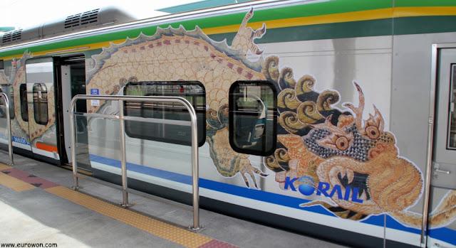 Tren ITX con dragón dibujado