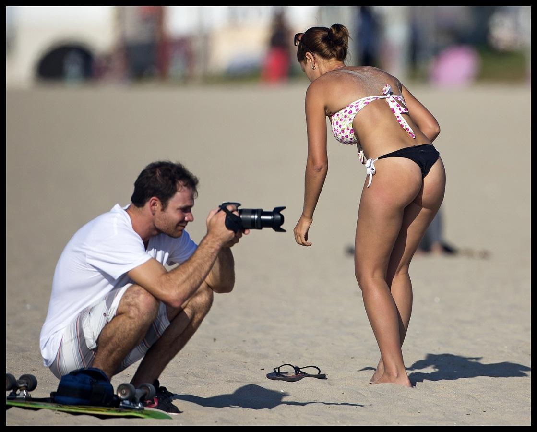 Mujer madura que hace el sexo oral en una playa pblica