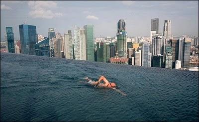 berenang di puncak gedung pencakar langit