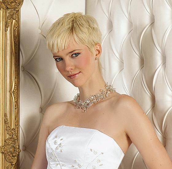 estas tendencias en peinados de novia pelo corto cada vez se extienden ms por lo que las novias se atreven agregarle a su pelo tocados con flores