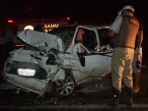 Carro onde seguia casal também ficou destruído e ambos ficaram feridos, segundo a PRE de Jacobina, no norte da Bahia (Foto: Emerson Rocha/ Bahia Acontece)
