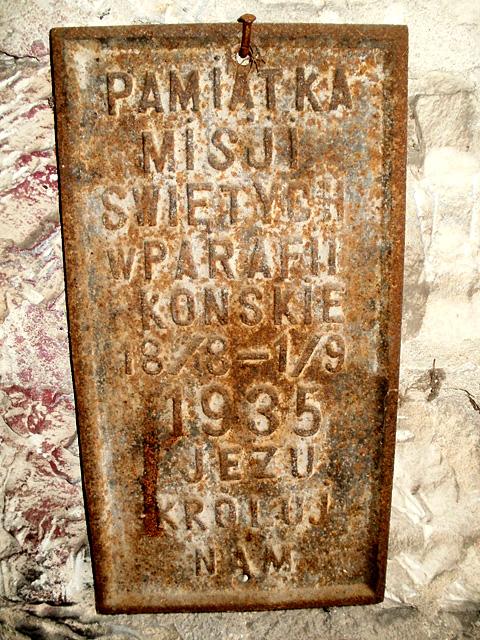 Końskie, wieża kościoła p.w. św. Mikołaja. Zachowana żeliwna plakieta misji z 1935 roku.