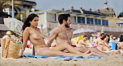 Escena en la playa de la película Primos