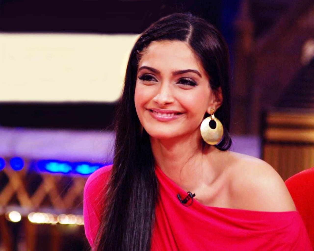 Sonam kapoor very beautiful in these wallpapers.