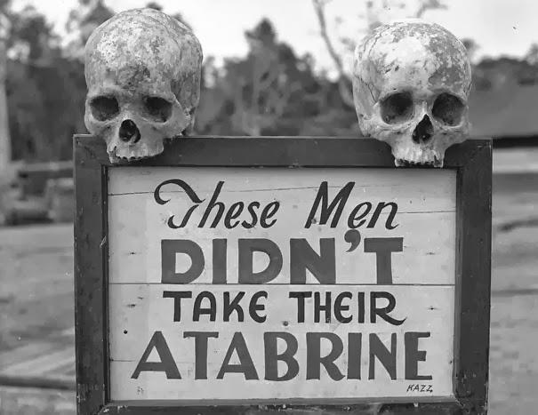 Реклама для Atabrine, противомалярийных лекарств, в Папуа, Новая Гвинея во время второй мировой войны.