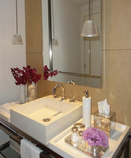 decoracao toalha lavabo: com toalhas de linho enroladas individualmente ou toalhas de lavabo