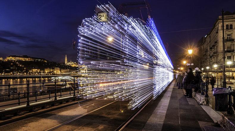Tranvías decorados con 30.000 luces LED parecen que son capaces de viajar en el tiempo