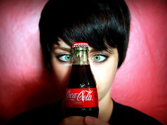 Botella, ojos verdes