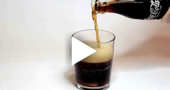O que acontece com um dente que fica 24 horas em um copo com Coca-cola?