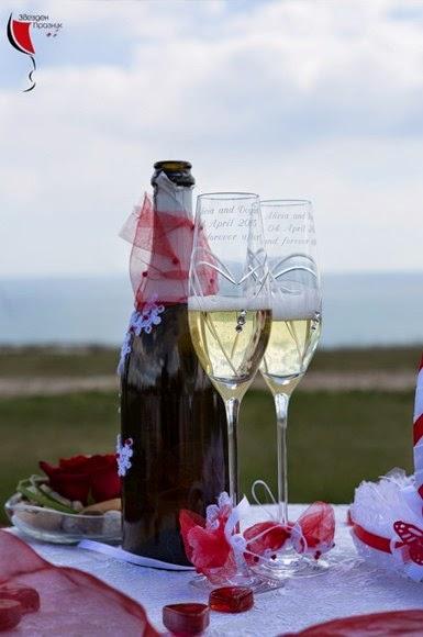 красиво декорирано шампанско за сватба със сватбени чаши за шампанско