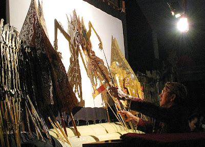 Pagelaran wayang kulit oleh dalang terkemuka di Indonesia, Ki Manteb Sudharsono.