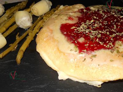Tortilla de camembert con mermelada de frambuesa.