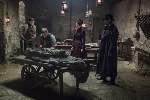 Victor examina el cadaver de un vampiro
