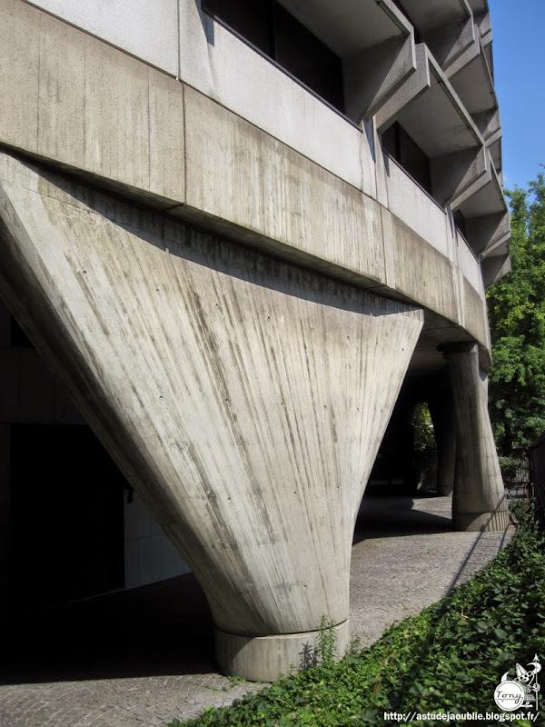 Paris - 15ème - Ambassade d'Australie  Architectes: Harry Seidler, Peter Hirst  avec la collaboration de Marcel Breuer, Pier Luigi Nervi et Mario Jossa  Construction: 1975 - 1977