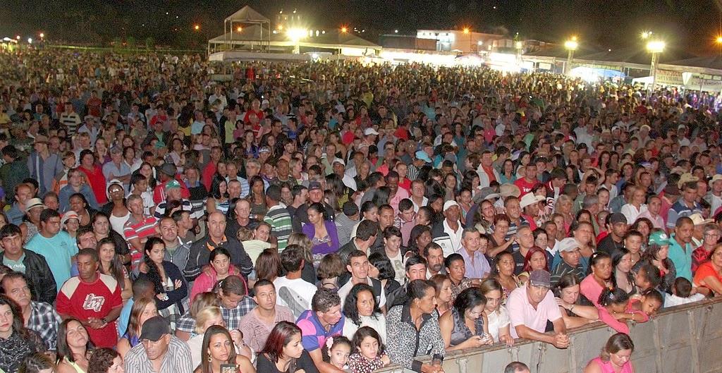 Público canta a irreverência dos sucessos de Teodoro e Sampaio