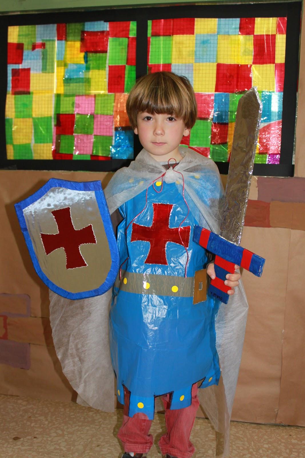 de caballero medieval, con su traje elaborado en el taller de