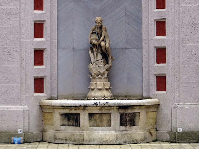 Fountain in an inner court, via Mameli, Livorno