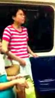 Mulher coça a piriquita no metro