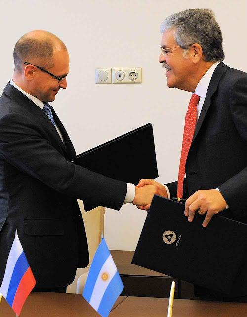 Ministro argentino De Vido (dir.) foi para Rússia, mas não viu o dinheiro prometido.