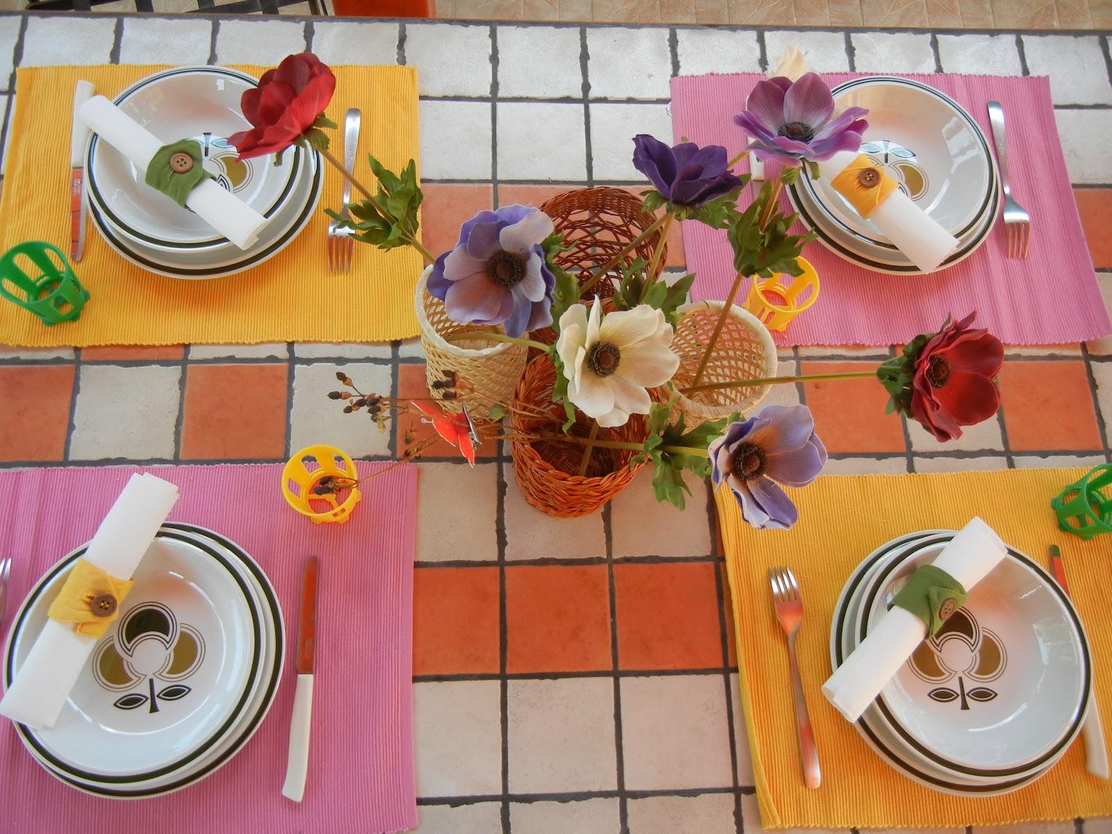 Loro in tavola un pranzo informale con amici - Tavola da pranzo ...