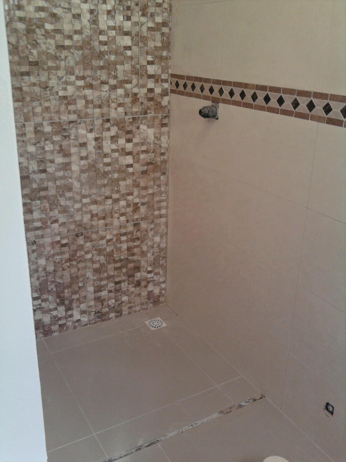Colocação do lindo e resistente laminado e rodapés Durafloor em  #614C40 1200x1600 Banheiro Com Azulejo Que Imita Pastilha