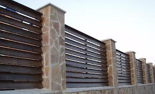 Деревянный забор с каменной столбами. Фото 25