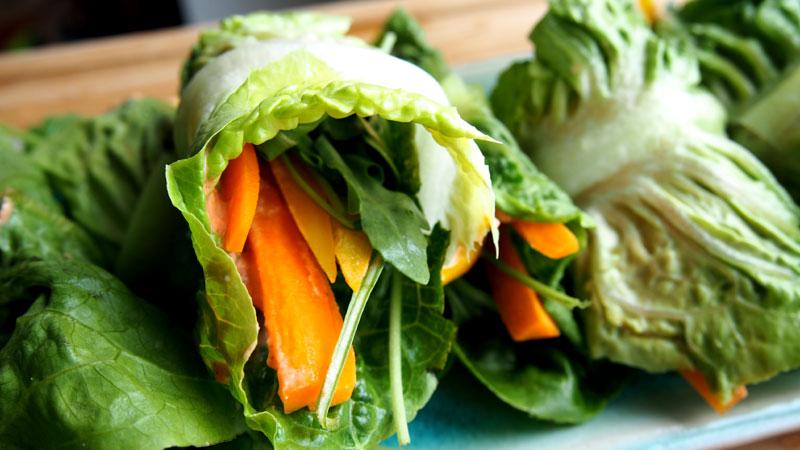 Raakaruoka salaattiwrapit