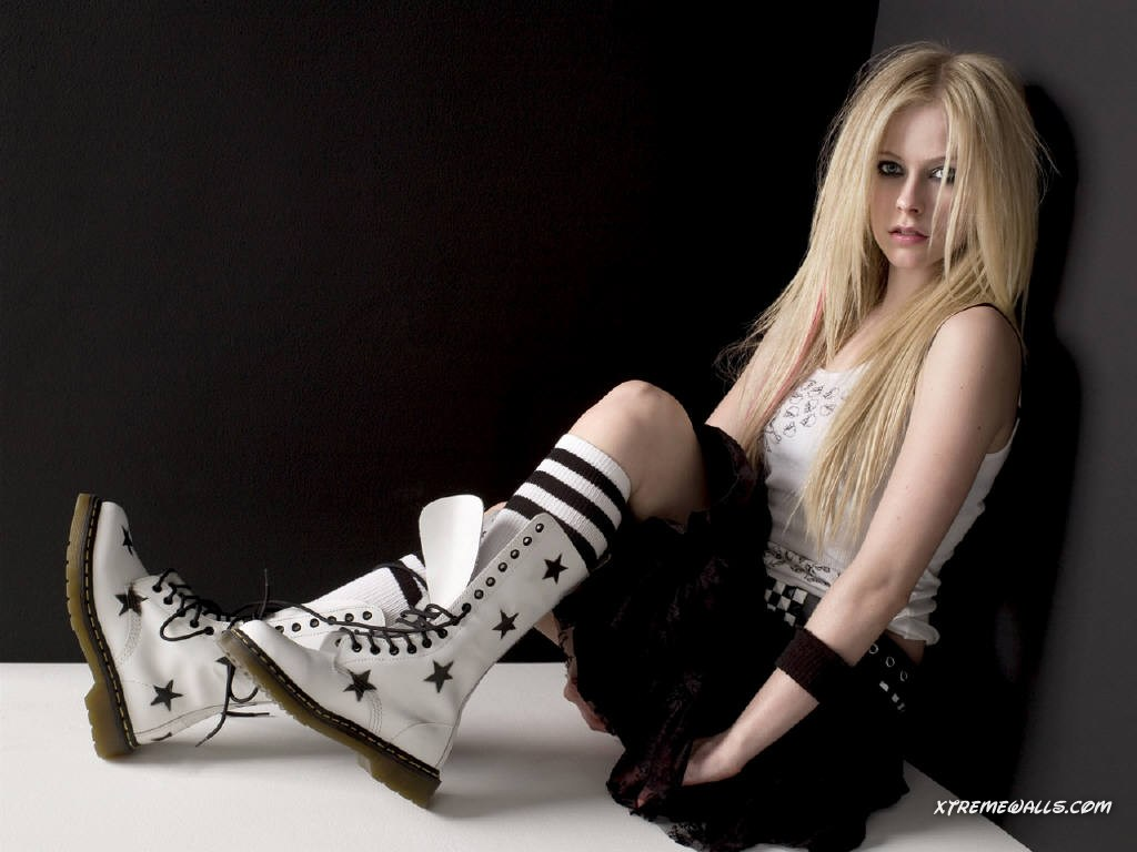 http://2.bp.blogspot.com/-1LPvET6rCWk/T9cuYx6WDRI/AAAAAAAADrE/TEZymRl71rA/s1600/Avril+Lavigne+wallpaper+(3).jpg